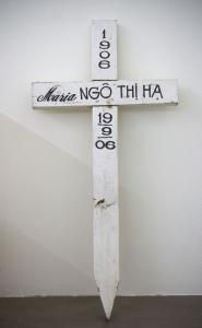 Danh Vo, Untitled (America), 2008<br /> Temporary cross grave marker.<br /> Collection BSI, Lugano<br /> Courtesy: Galerie Isabella Bortolozzi – Danh Vo<br /> Photographer: Nick Ash