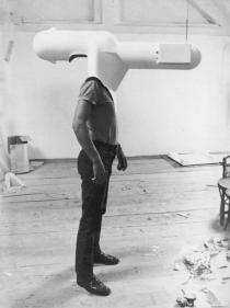 Walter Pichler, TV-Helm, (Tragbares Wohnzimmer), 1967
