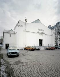 Roman Ondák, SK Parking, 2001. Slovakian Škodas were parked behind the Secession building in Vienna for two months. Installation view: Secession, Vienna, 2001. © Roman Ondák. Courtesy the artist