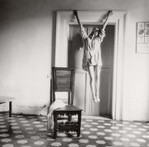 Francesca Woodman, Untitled Rome, Italy, 1977-1978/2006. © Courtesy George and Betty Woodman, New York. SAMMLUNG VERBUND, Wien.