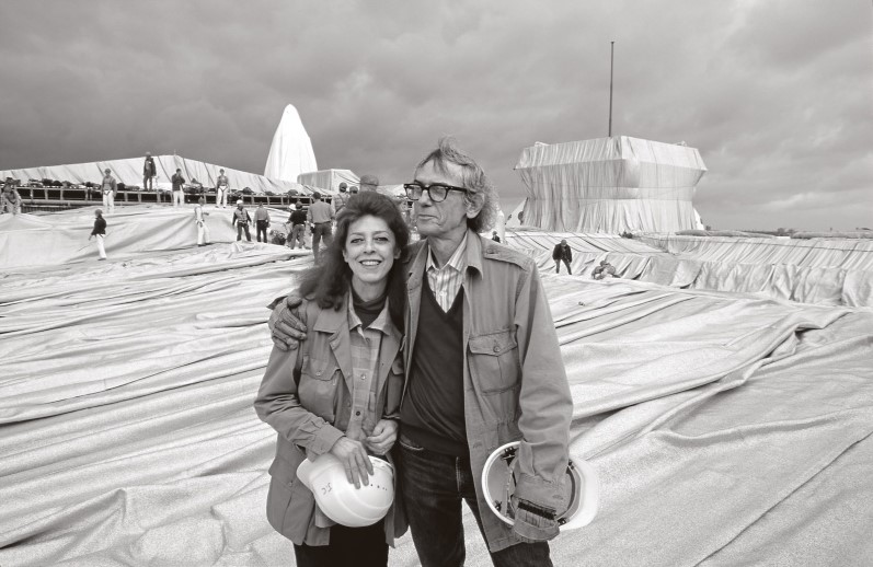 Christo and Jeanne-Claude during the installation of Wrapped Reichstag, Berlin 1995. Photo: Wolfgang Volz. © Christo, Wolfgang Volz